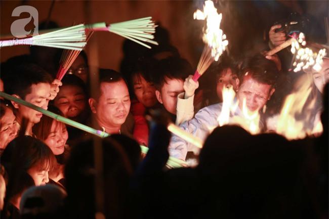 Hà Nội: Hàng trăm người đổ xô đi xin lửa lấy đỏ rồi mang lửa về nhà trong đêm khuya - Ảnh 8.