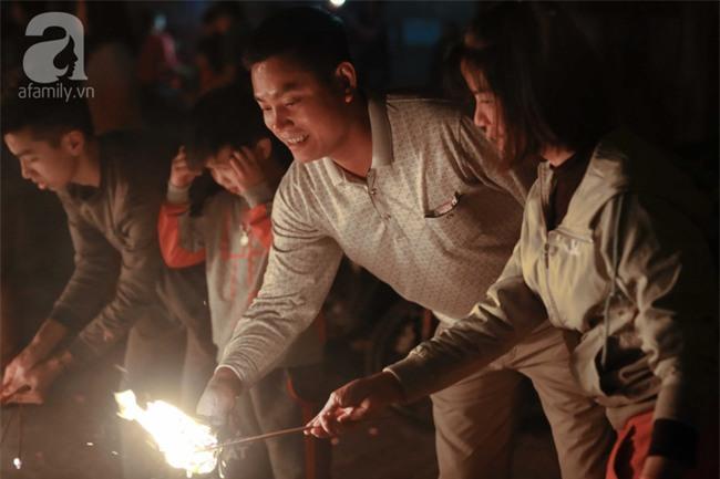 Hà Nội: Hàng trăm người đổ xô đi xin lửa lấy đỏ rồi mang lửa về nhà trong đêm khuya - Ảnh 9.