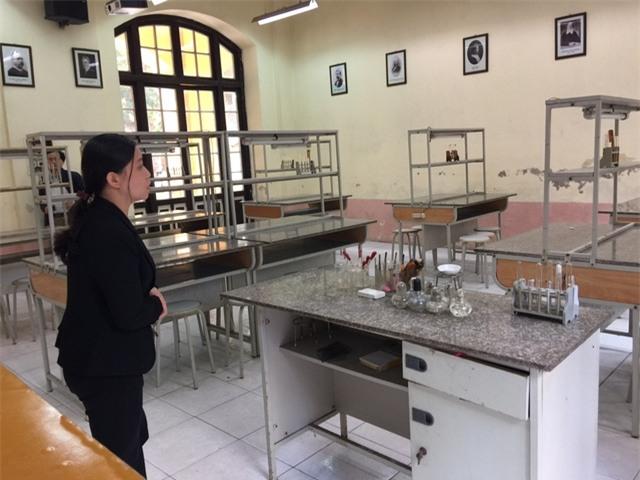 Cô Mai Anh trước bàn thực hành Hóa học, nơi xảy ra vụ cháy nổ khiến học sinh bị bỏng (ảnh: Mỹ Hà)