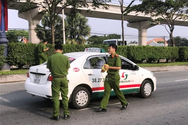 Vụ cướp xảy ra ngay khi tài xế taxi đang điều khiển xe trên XLHN.