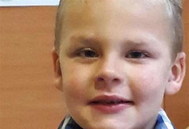 Cậu bé tử vong sau khi bị cha dượng phạt vì tè dầm - Ảnh 1.