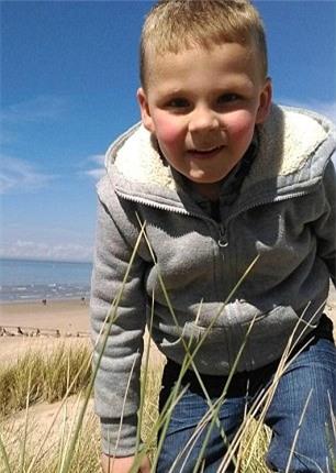 Cậu bé tử vong sau khi bị cha dượng phạt vì tè dầm - Ảnh 2.