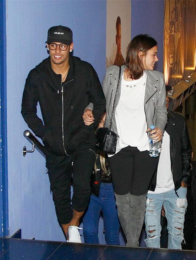 Neymar không ngại bày tỏ tình cảm với bạn gái Bruna ở chốn đông người - Ảnh 1.