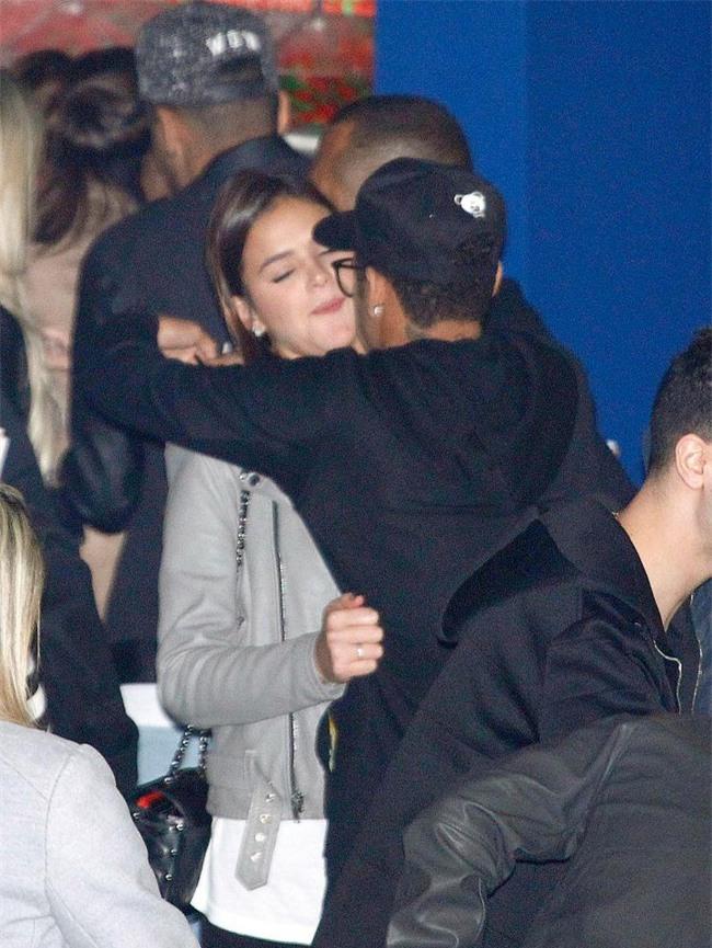 Neymar không ngại bày tỏ tình cảm với bạn gái Bruna ở chốn đông người - Ảnh 2.