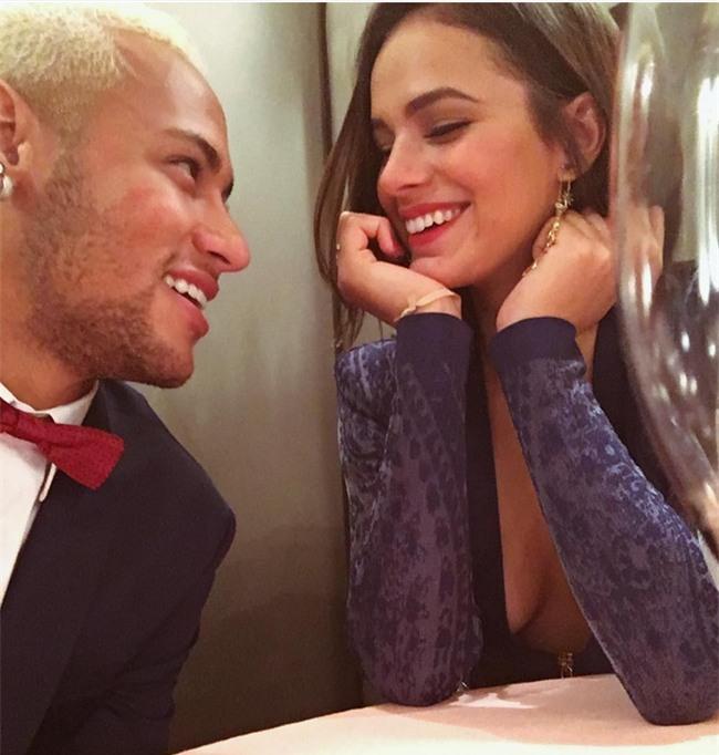 Neymar không ngại bày tỏ tình cảm với bạn gái Bruna ở chốn đông người - Ảnh 3.