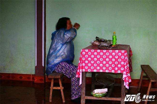 Người đàn bà 20 năm bị đám trai làng làm nhục, sinh 7 đứa con hoang - Ảnh 1.