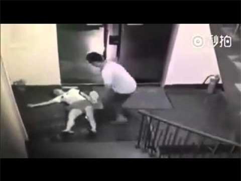 Nam thiếu niên 14 tuổi đuổi theo cô gái 16 tuổi mang váy rồi hiếp dâm ngay cửa thang máy - Ảnh 2.