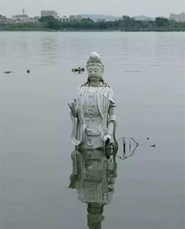 Trung Quốc: Bức tượng Quan Thế Âm Bồ Tát bí ẩn đột ngột nổi lên giữa dòng sông - Ảnh 1.