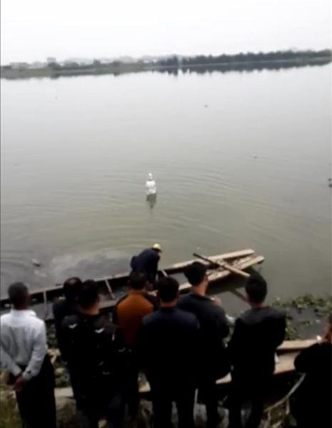 Trung Quốc: Bức tượng Quan Thế Âm Bồ Tát bí ẩn đột ngột nổi lên giữa dòng sông - Ảnh 2.