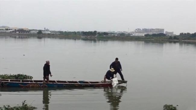 Trung Quốc: Bức tượng Quan Thế Âm Bồ Tát bí ẩn đột ngột nổi lên giữa dòng sông - Ảnh 4.