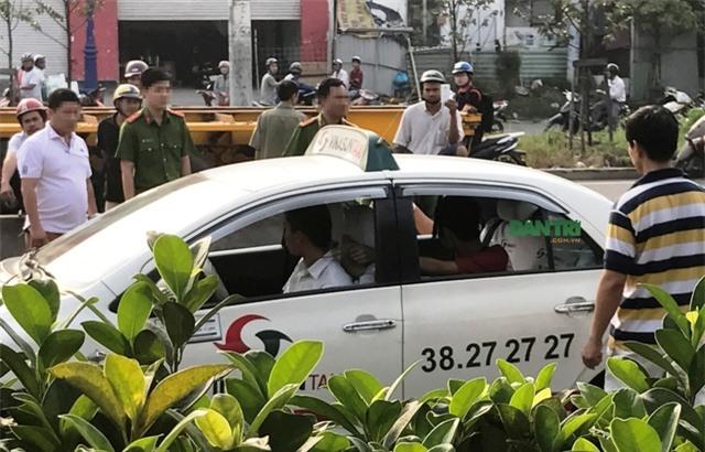 Nghi can Duy thực nghiệm lại hành vi siết cổ tài xế taxi trên XLHN để cướp tài sản.