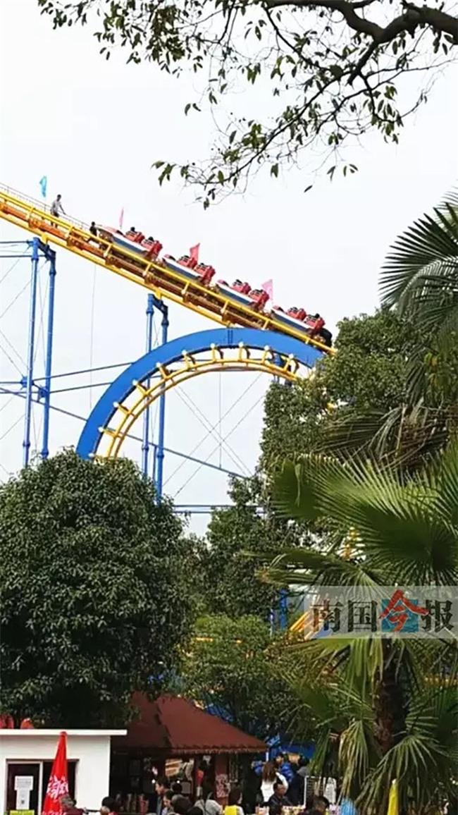 Trung Quốc: Bé gái 14 tuổi tự ý chơi tàu lượn siêu tốc, phụ huynh tức tối ép tàu dừng giữa không trung - Ảnh 1.