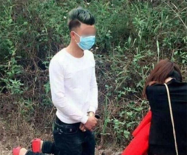 Chang trai quy goi xin loi ban gai tren duong di le chua hinh anh 1
