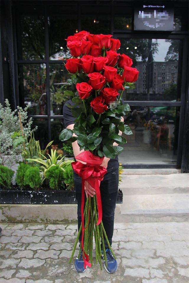 Quà Valentine tặng hotgirl: Cành hồng cao bằng người