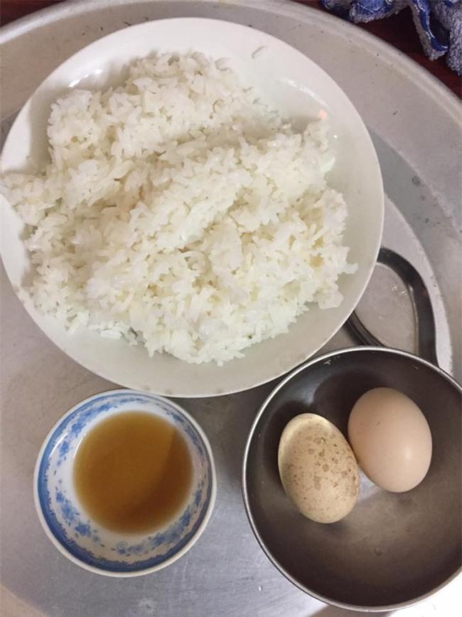 Bữa cơm ở cữ của mẹ chồng với 1 bát mắm 2 quả trứng khiến chị em xót xa thương cảm - Ảnh 1.
