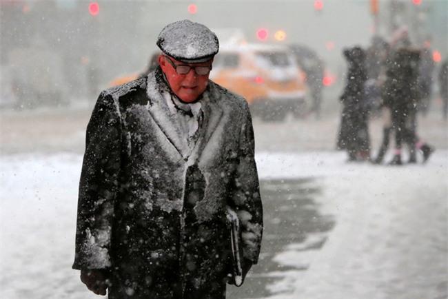 Bão tuyết phủ trắng xóa New York, ít nhất một người chết - Ảnh 4.