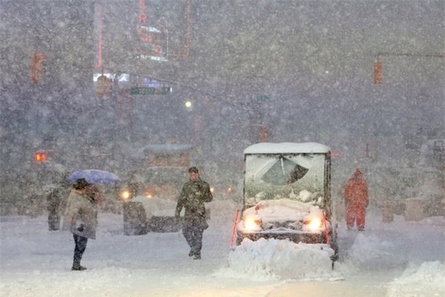 Bão tuyết phủ trắng xóa New York, ít nhất một người chết - Ảnh 8.
