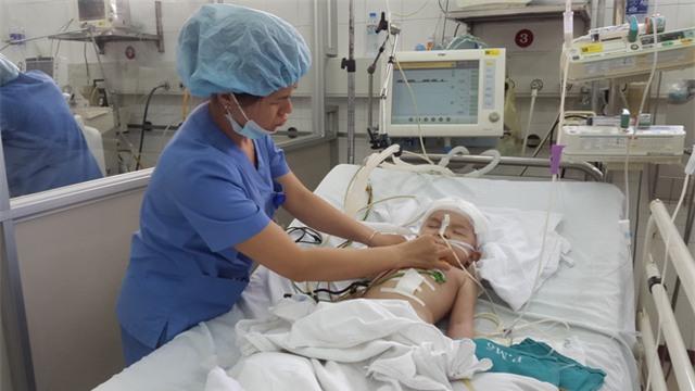 Ca bệnh của bé An được các bác sĩ đặc biệt quan tâm. Anhr PT