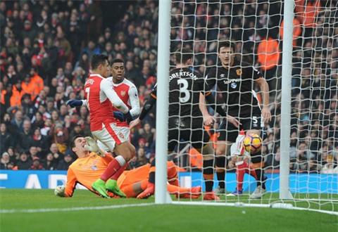 Sanchez chính là cầu thủ ghi bàn mở tỷ số... bảng tay