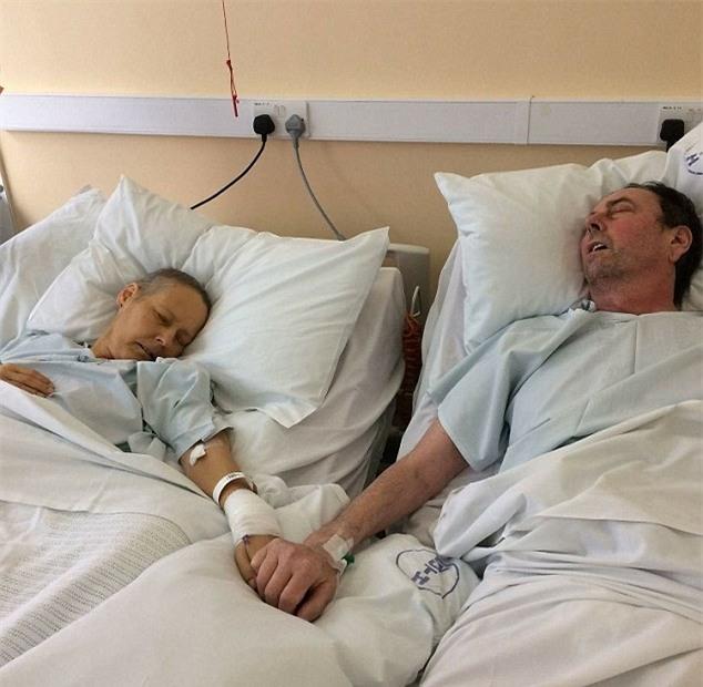 Đến tận cuối đời, cặp vợ chồng già vẫn nắm tay nhau không rời trên giường bệnh - Ảnh 1.