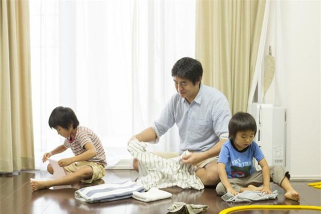 Để trẻ làm việc nhà ngay từ bé là bố mẹ đang nuôi dạy con thành người tự chủ - Ảnh 1.