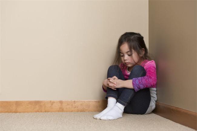 """Bắt con úp mặt vào tường"""" khi trẻ mắc lỗi, hình phạt tưởng hiệu quả mà lại vô cùng nguy hiểm - Ảnh 2."""