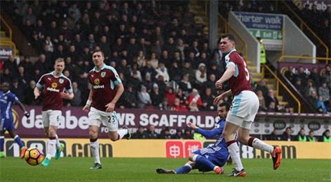 Pedro đưa Chelsea vượt lên từ sớm với cú sút dễ dàng trong vòng cấm