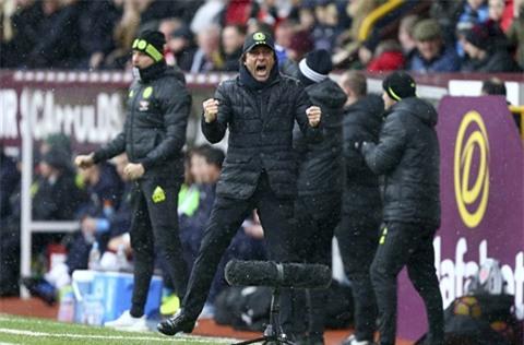 HLV Conte ăn mừng sau bàn thắng của cậu học trò