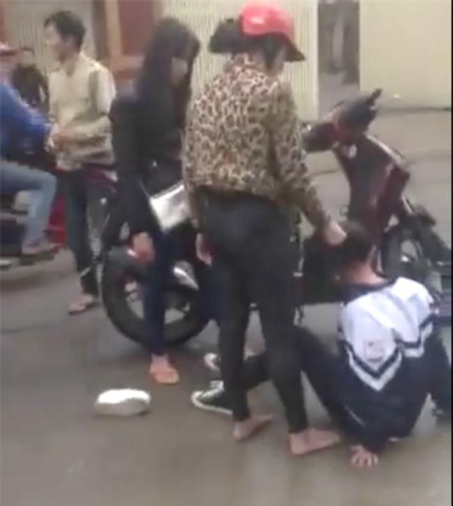 Công an triệu tập 2 người đánh đập nữ sinh cấp 3 trước cổng trường - Ảnh 2.