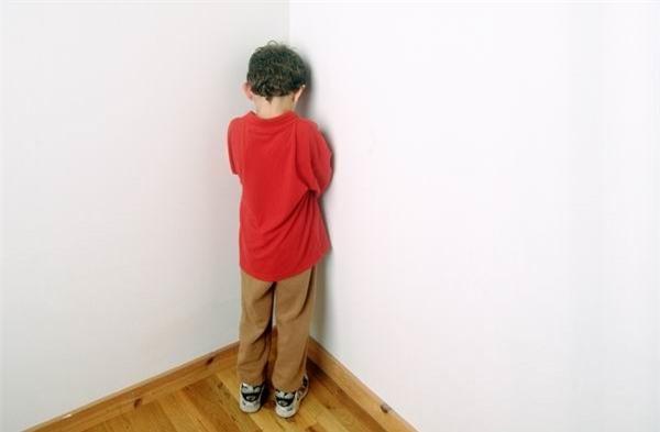 """Bắt con úp mặt vào tường"""" khi trẻ mắc lỗi, hình phạt tưởng hiệu quả mà lại vô cùng nguy hiểm - Ảnh 1."""