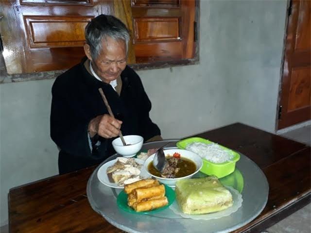 Mâm cơm cúng của người Nguồn dâng lên ba mẹ. Ảnh Vietnamnet