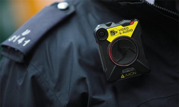 Giáo viên Anh được trang bị giống cảnh sát để quản lý HS - 1