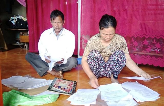 Hai vợ chông bà Hoa mấy ngày qua viết đơn cầu cứu gửi các cơ quan chức năng nhờ sự giúp đỡ tìm cháu ngoại. Ảnh: T.G