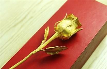 Một bông hồng vàng 24k nguyên khối