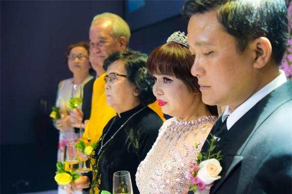 mr-dam-lan-dau-xuat-hien-cung-me-sau-cong-khai-me-no-nan-hang-chuc-ty-8