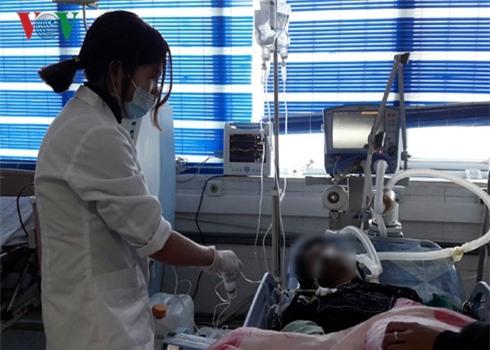 Cấp cứu cho nạn nhân tại BVĐK tỉnh Lai Châu. Ảnh: VOV
