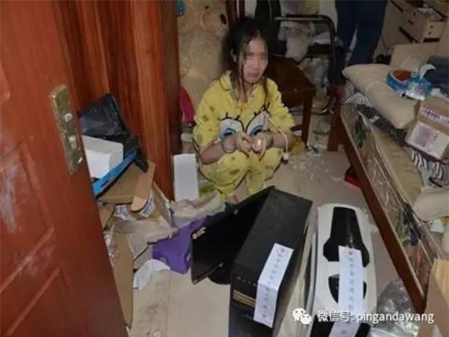 Căn phòng bẩn như bãi rác của nữ hacker 9X không tắm rửa, không ra khỏi cửa suốt 1 năm trời - Ảnh 2.
