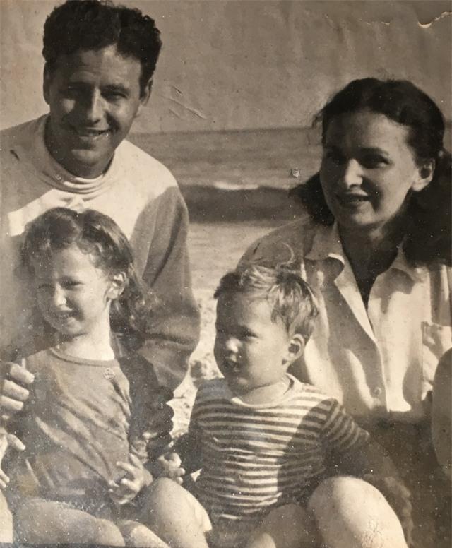 Ông bà Morrie - Betty cùng với hai người con của họ hồi thập niên 1940.
