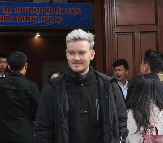 Thầy giáo bất ngờ nổi tiếng vì giống David Beckham - Ảnh 1.