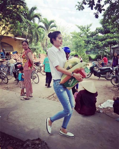chi voi ao so mi trang ma pham huong mac du kieu van khong the che duoc - 6