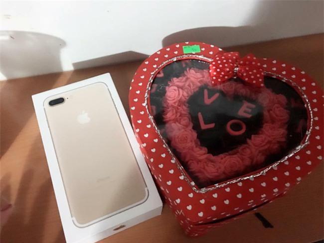 Hỏi thế gian Valentine là chi mà người rộn ràng khoe hoa quà sang chảnh, người chiếc bóng 1 mình bên củ khoai lang - Ảnh 13.