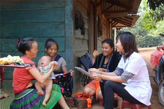 Công tác tuyên truyền về tảo hôn gặp nhiều khó khăn do thiếu kinh phí (trong ảnh, cán bộ dân số xã Đắk Ngo đang đi tuyên tuyền với người dân)