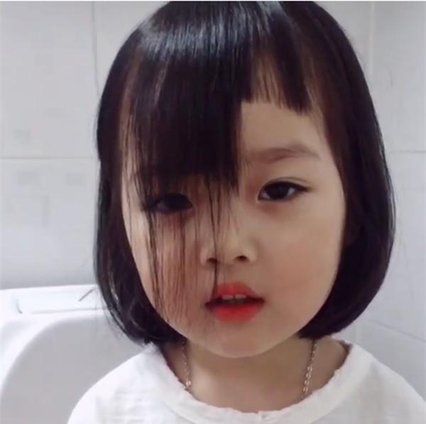 Mẹ bảo là ngồi yên mẹ cắt tóc xinh đẹp cho...
