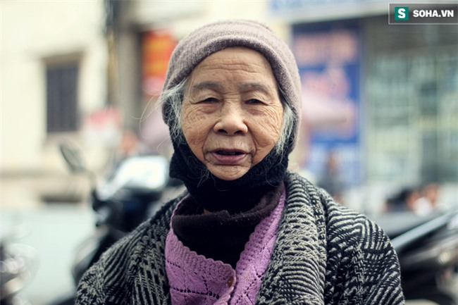 Cụ bà 88 tuổi vá xe trên phố Hà Nội và câu chuyện khiến nhiều bạn trẻ xấu hổ - Ảnh 1.