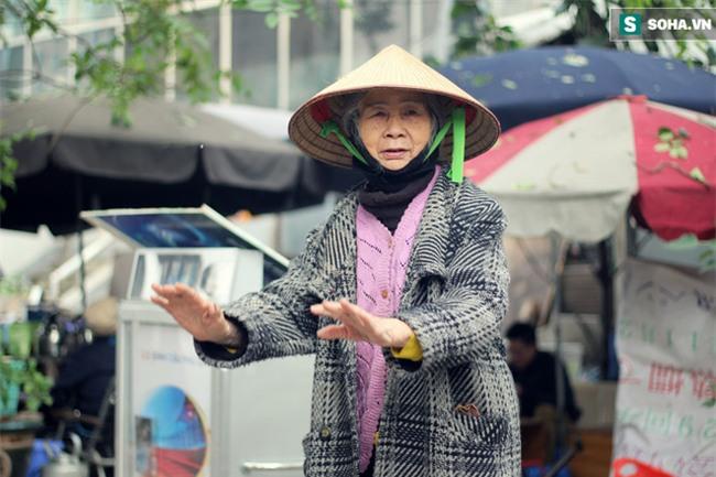 Cụ bà 88 tuổi vá xe trên phố Hà Nội và câu chuyện khiến nhiều bạn trẻ xấu hổ - Ảnh 10.