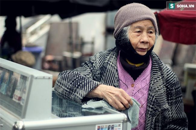 Cụ bà 88 tuổi vá xe trên phố Hà Nội và câu chuyện khiến nhiều bạn trẻ xấu hổ - Ảnh 11.