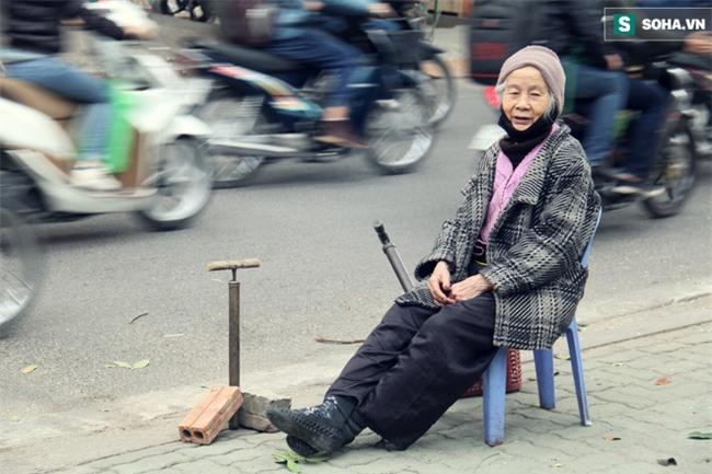 Cụ bà 88 tuổi vá xe trên phố Hà Nội và câu chuyện khiến nhiều bạn trẻ xấu hổ - Ảnh 12.