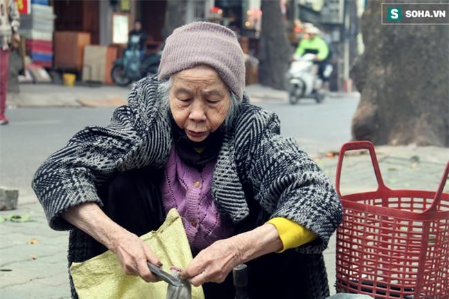 Cụ bà 88 tuổi vá xe trên phố Hà Nội và câu chuyện khiến nhiều bạn trẻ xấu hổ - Ảnh 13.