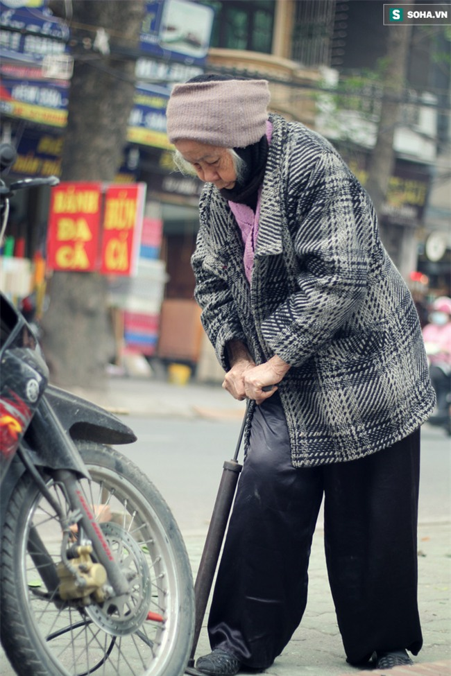 Cụ bà 88 tuổi vá xe trên phố Hà Nội và câu chuyện khiến nhiều bạn trẻ xấu hổ - Ảnh 14.