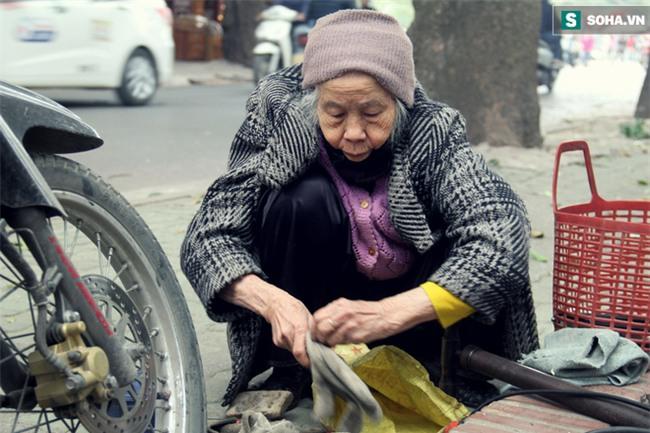 Cụ bà 88 tuổi vá xe trên phố Hà Nội và câu chuyện khiến nhiều bạn trẻ xấu hổ - Ảnh 2.